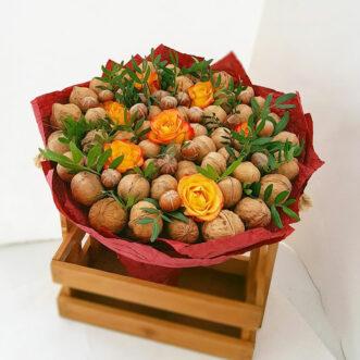 Букет из грецких орехов и роз