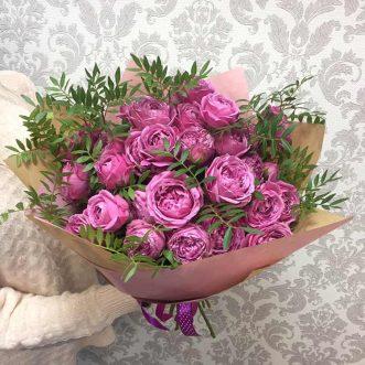 Букет из пионовидных кустовых роз и фисташки