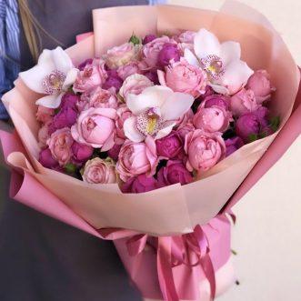 Букет из пионовидных кустовых роз и орхидей