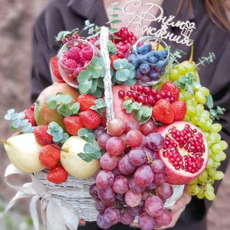 Фрукты и ягоды в корзине