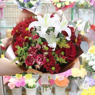 Букет из лилий и красных роз