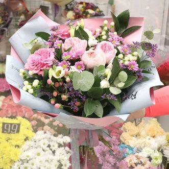 Букет из пионовидных роз и эустом