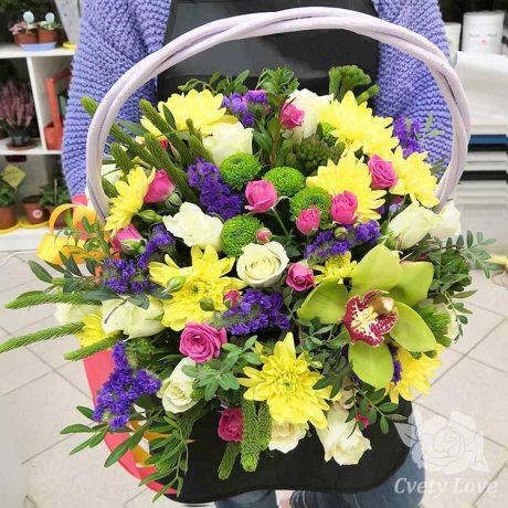 Кустовые хризантемы и белые розы в корзине