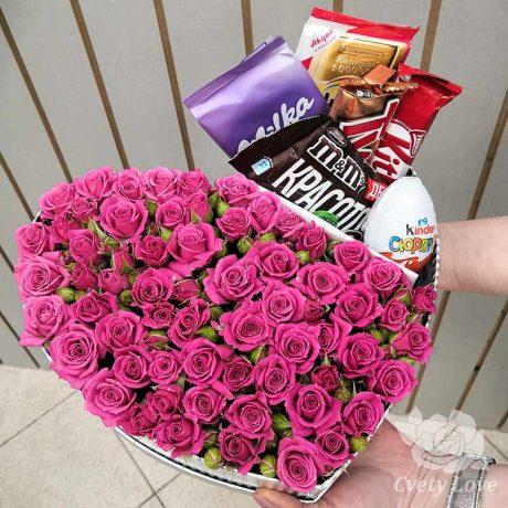 Розы и сладости в коробке в форме сердца