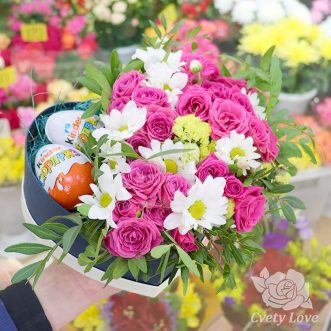 2 киндер-сюрприза и розы в коробке