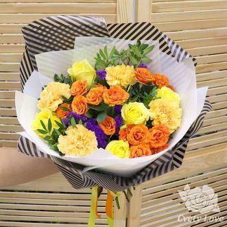 Букет из роз, гвоздик и статицы