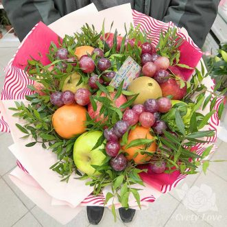 Букет из яблок, апельсина и винограда