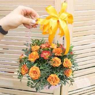 Корзина с оранжевыми розами