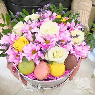 4 макарун, хризантемы и розы в шляпной коробке