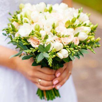 Букет невесты из фрезии и кустовых роз