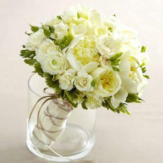 Букет невесты из пионов, калл и роз