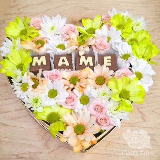 Композиция из хризантем и шоколада для мамы