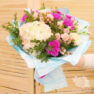 Букет из гортензии, кустовых роз и гвоздик