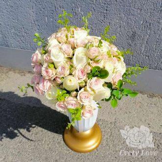 Букет невесты из белых и кустовых роз