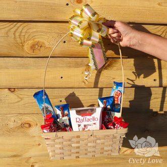 Конфеты и печенья в корзине