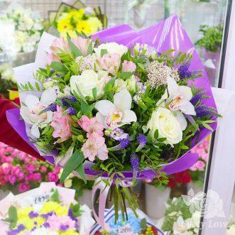 Букет из белых роз, орхидей и зелени