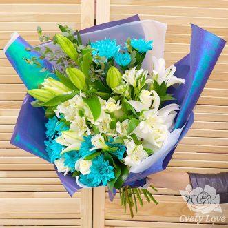 Букет из лилий, альстромерий и синих хризантем