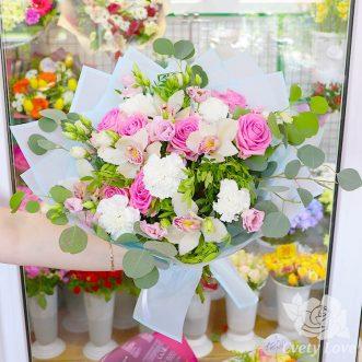 Букет из орхидей, роз и белых гвоздик