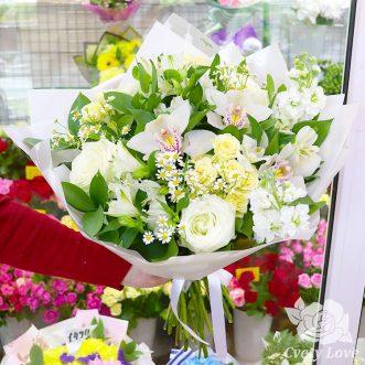 Букет из ромашек, орхидей и роз