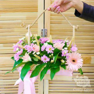Кустовые хризантемы, розы и гербер в ящике