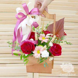 Розы, хризантемы и пшеница в ящике