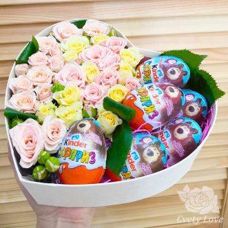 6 киндер-сюрпризов и кустовые розы в коробке