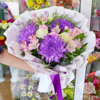 Букет из фиолетовых хризантем, роз и альстромерий