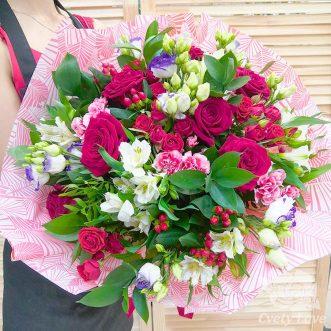 Букет из красных роз, эустом и альстромерий