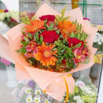 Букет из оранжевых гербер, роз и альстромерий