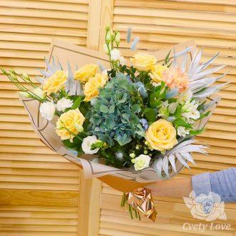 Букет из зеленой гортензии, роз и эустом