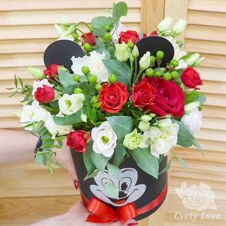 Красные розы и эустомы в шляпной коробке