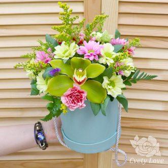Кустовые гвоздики, хризантемы и орхидея в коробке