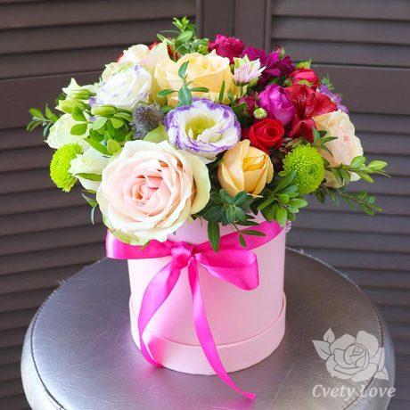 Розы, хризантемы и гвоздика в шляпной коробке