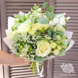 Букет из белых роз, эустом и ромашек