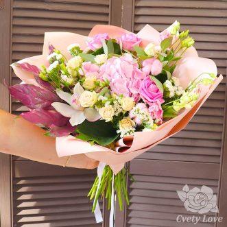Букет из гортензии, роз и орхидеи