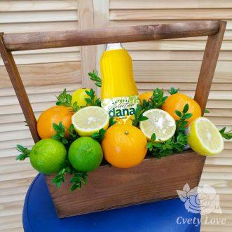 Цитрусовые фрукты и напиток в ящике