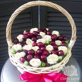 Кустовые розы и черешня в корзине