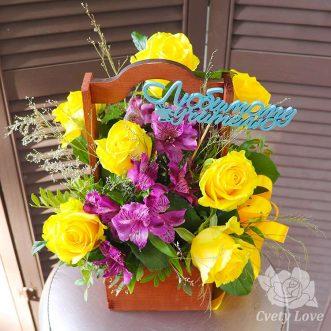 Желтые розы и альстромерии в ящике для учителя